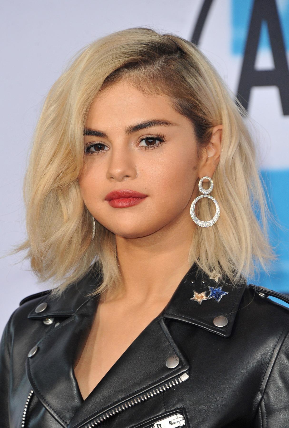 Selena Gomez dengan warna rambut untuk kulit sawo matang platinum blonde akar hitam
