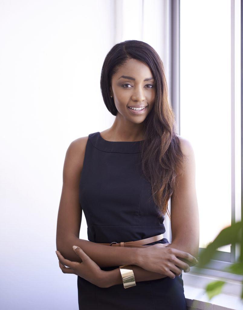 Wanita afro dengan warna rambut untuk kulit gelap dark chestnut
