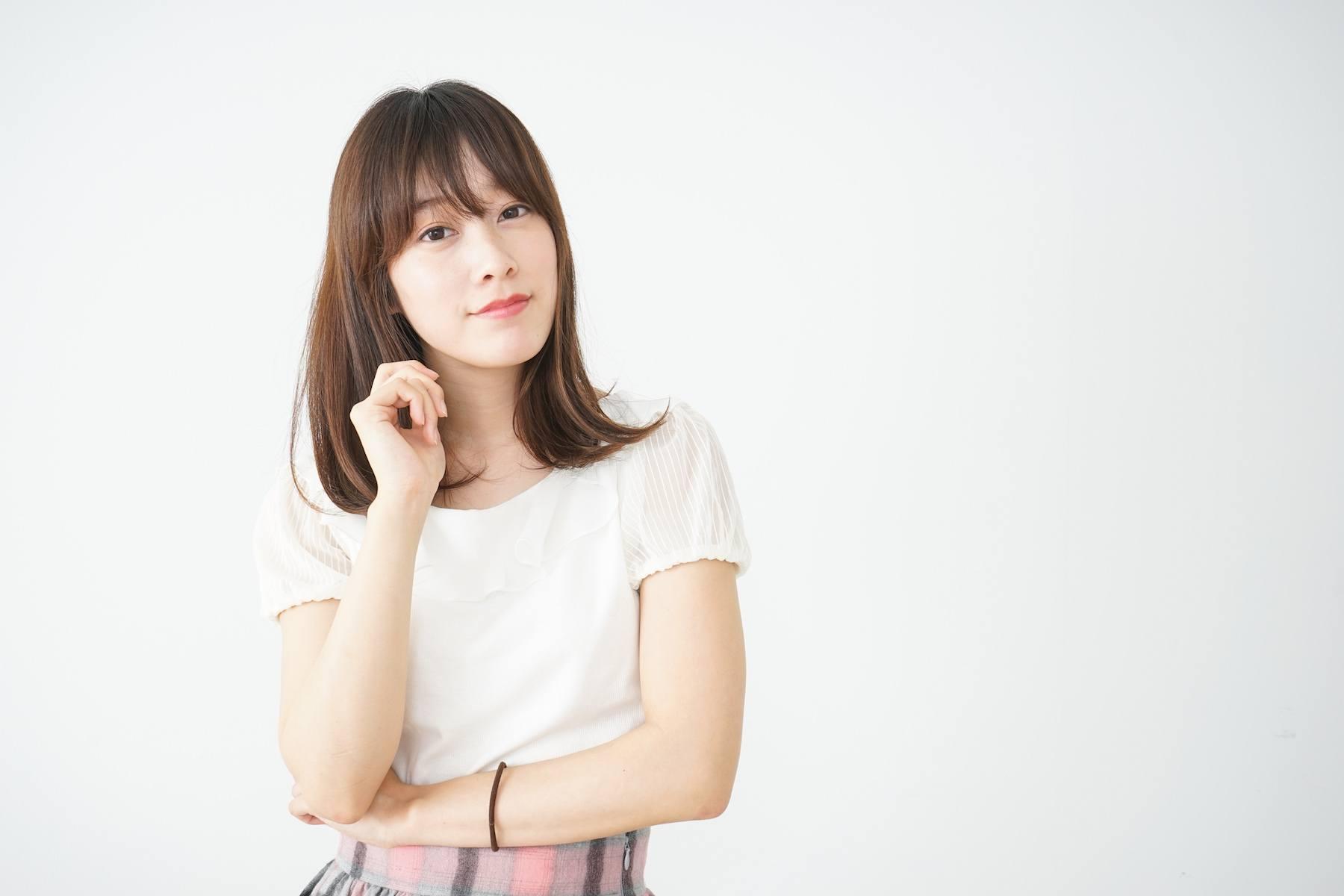 Wanita asia dengan model rambut sebahu untuk wajah bulat dan see through bangs