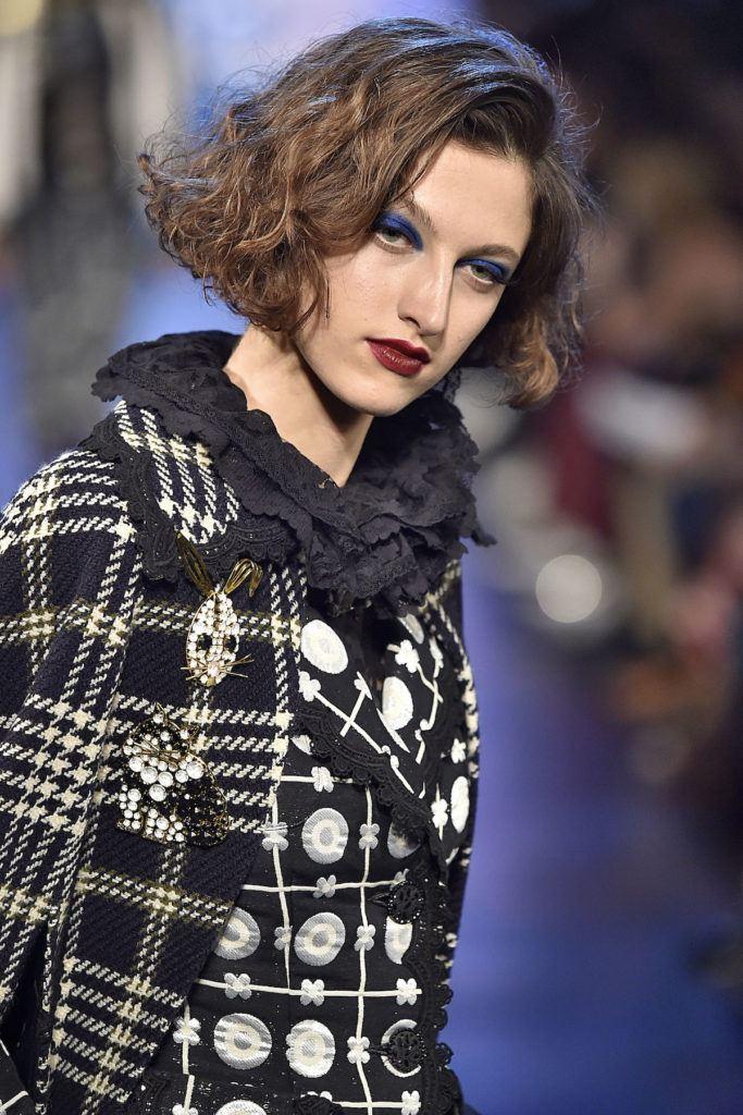 Wanita kaukasia dengan model rambut bob keriting