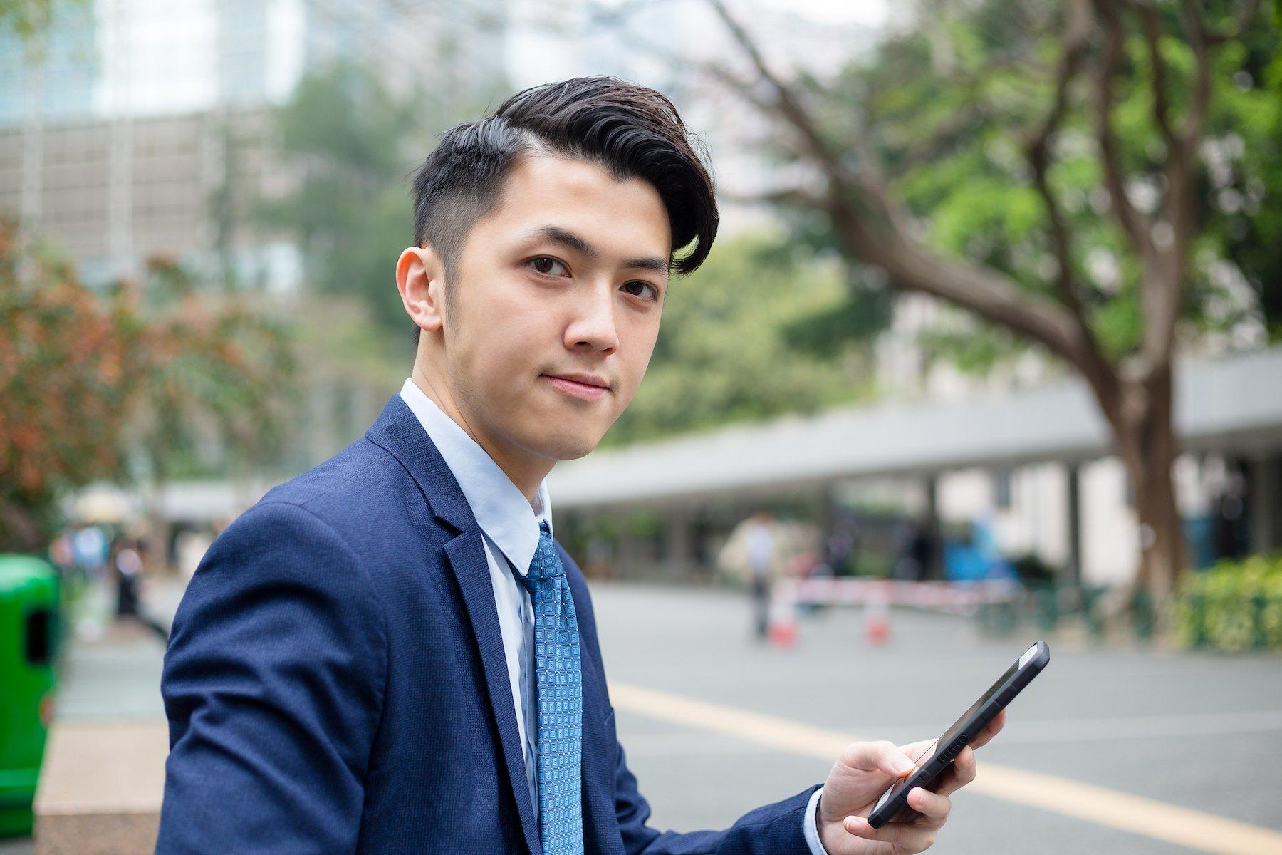 Pria asia dengan model rambut quiff belah pinggir