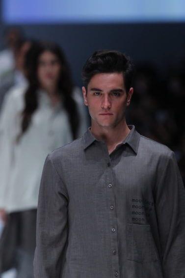 Pria kaukasia dengan model rambut quiff bertekstur