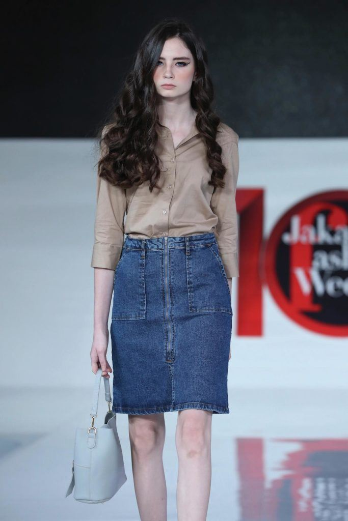Wanita kaukasia dengan model rambut bergelombang