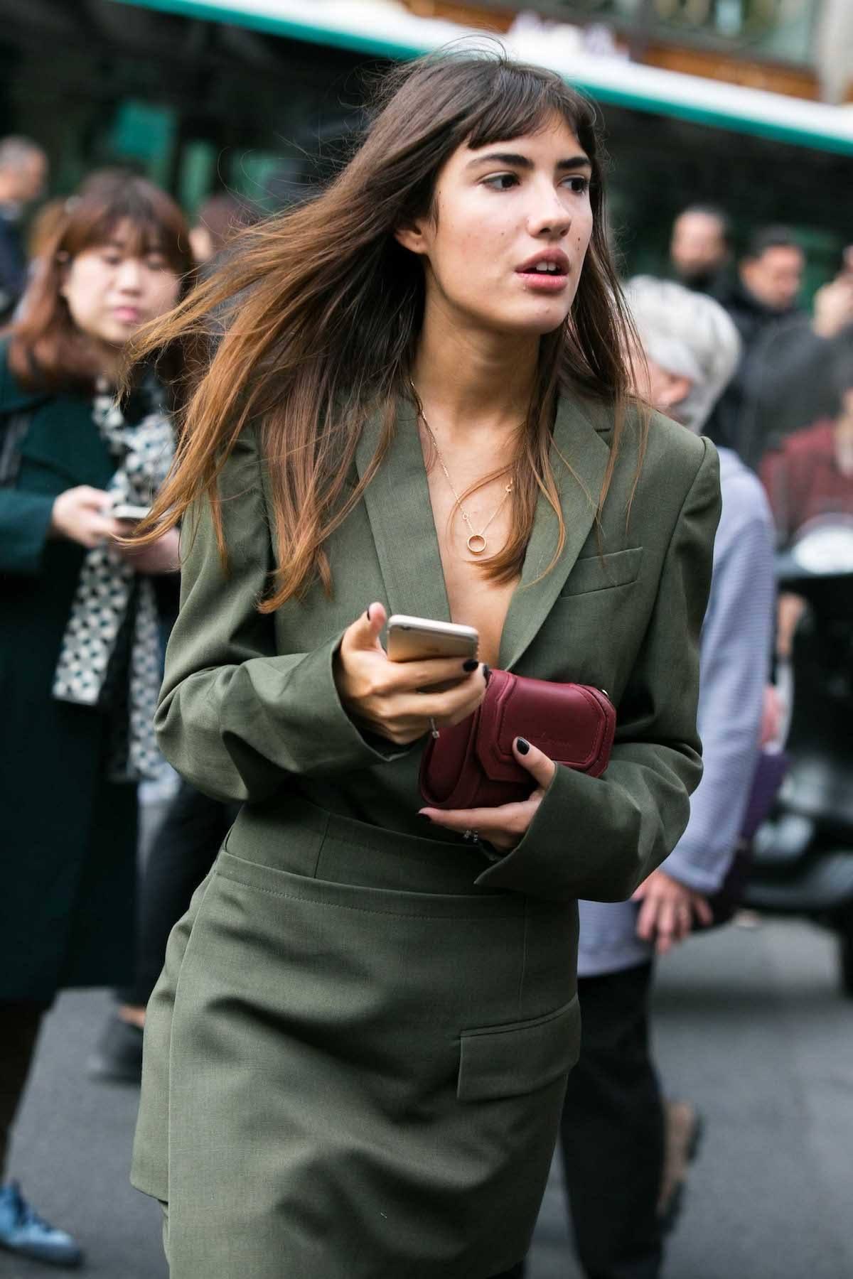 Wanita kaukasia dengan model rambut panjang berponi - cara menata poni pendek