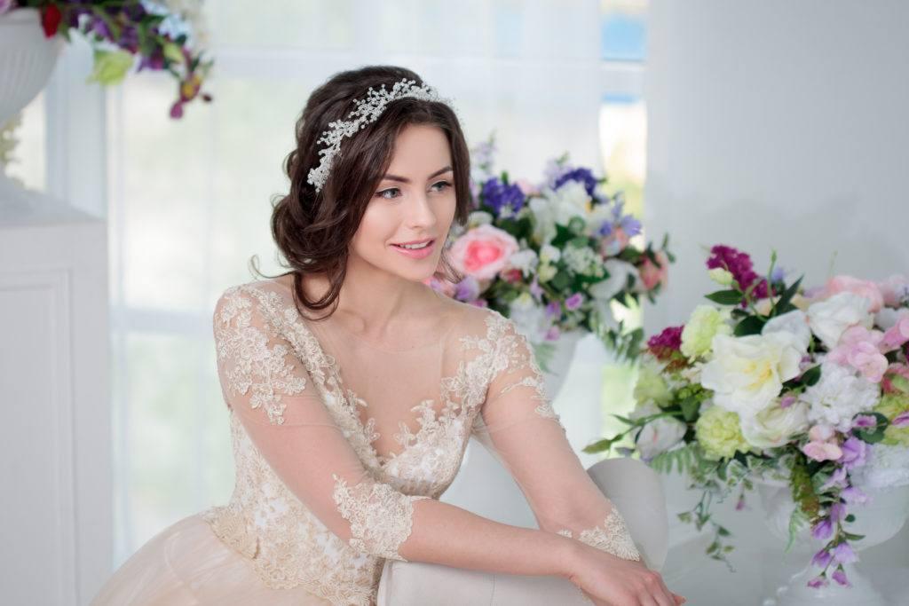 Wanita kaukasia dengan model rambut untuk kebaya low updo
