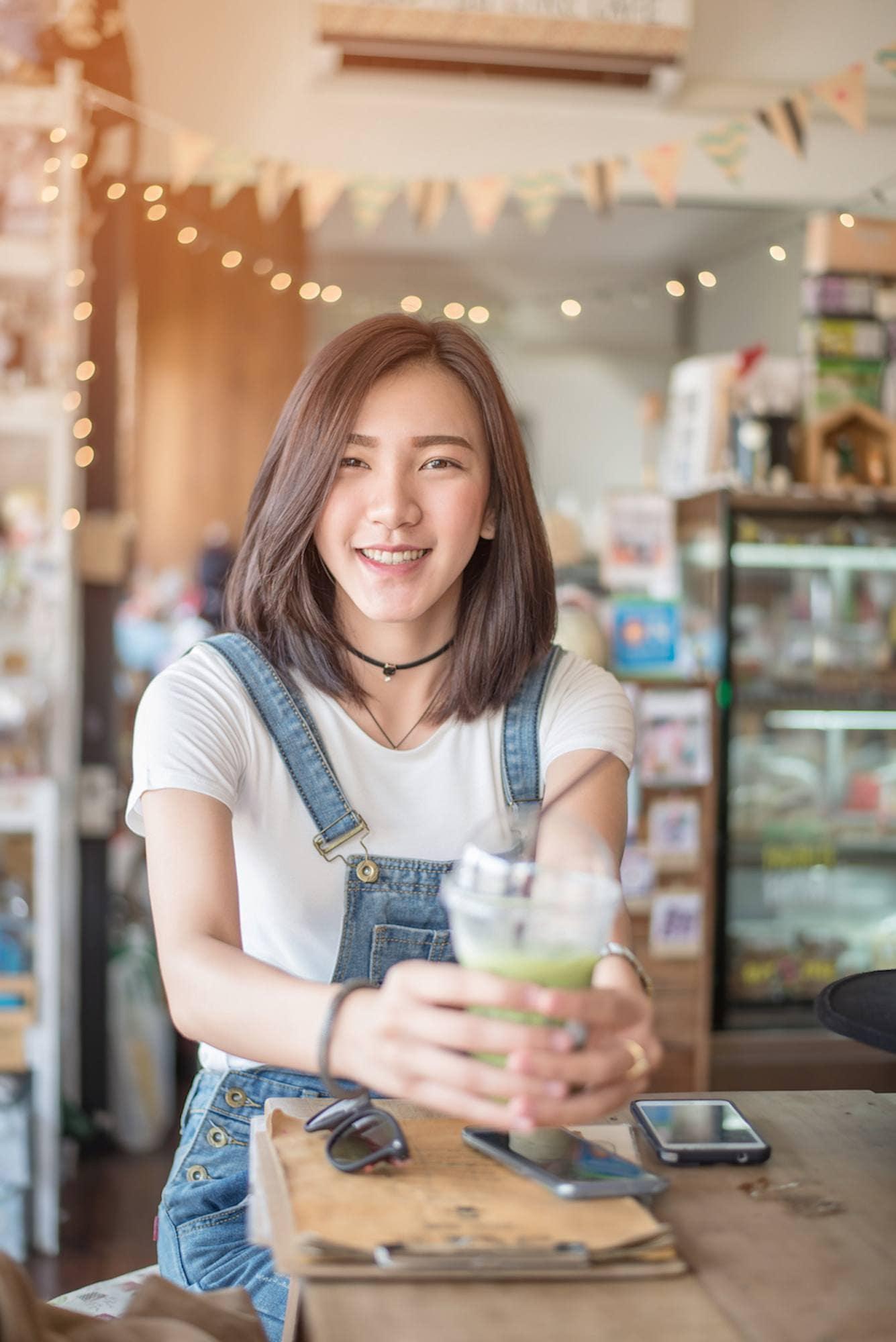Wanita Asai dengan model rambut pendek a la korea dengan layer tipis