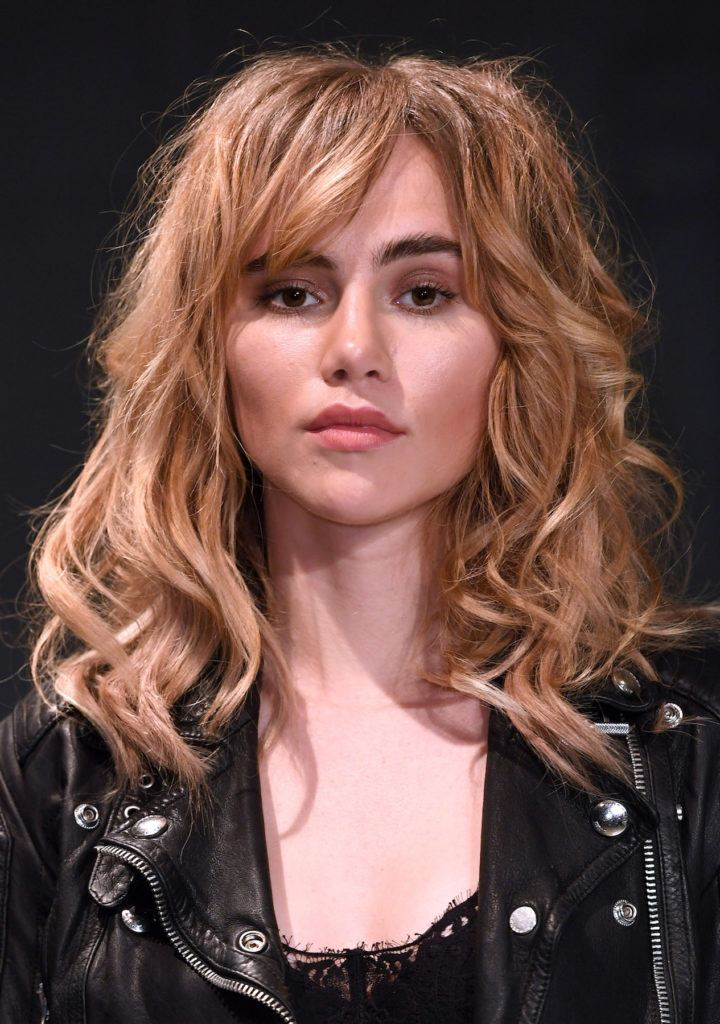 Suki Waterhouse model rambut shaggy panjang messy