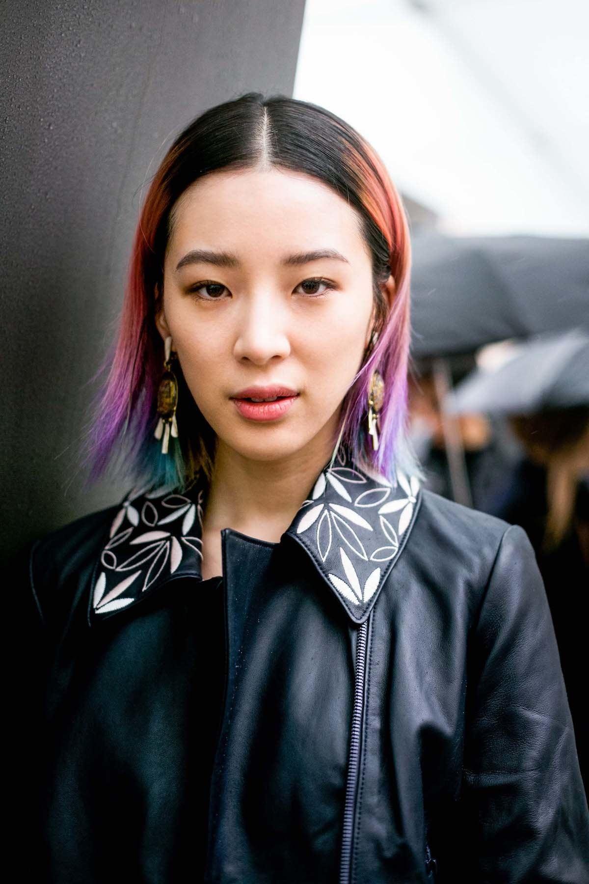 Wanita asia dengan ombre pelangi