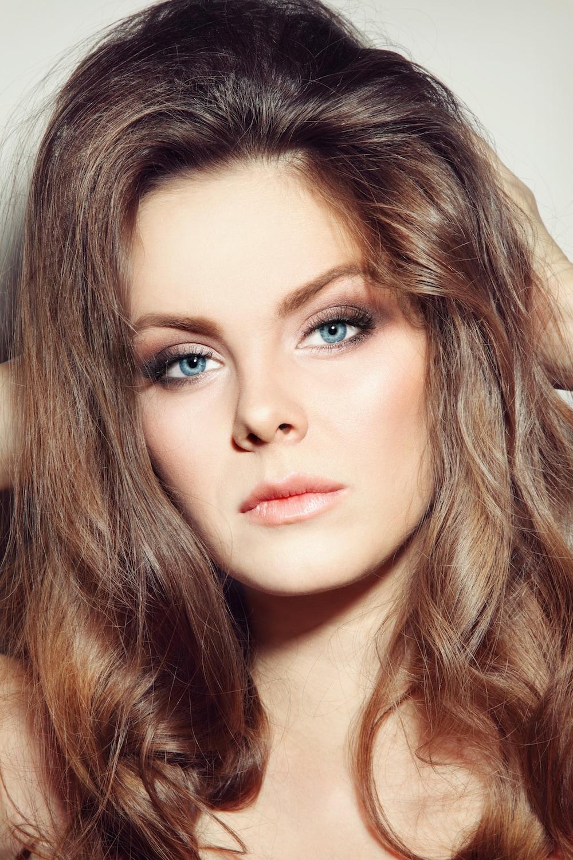 Wanita kaukasia dengan gaya rambut 70-an rambut panjang bervolume