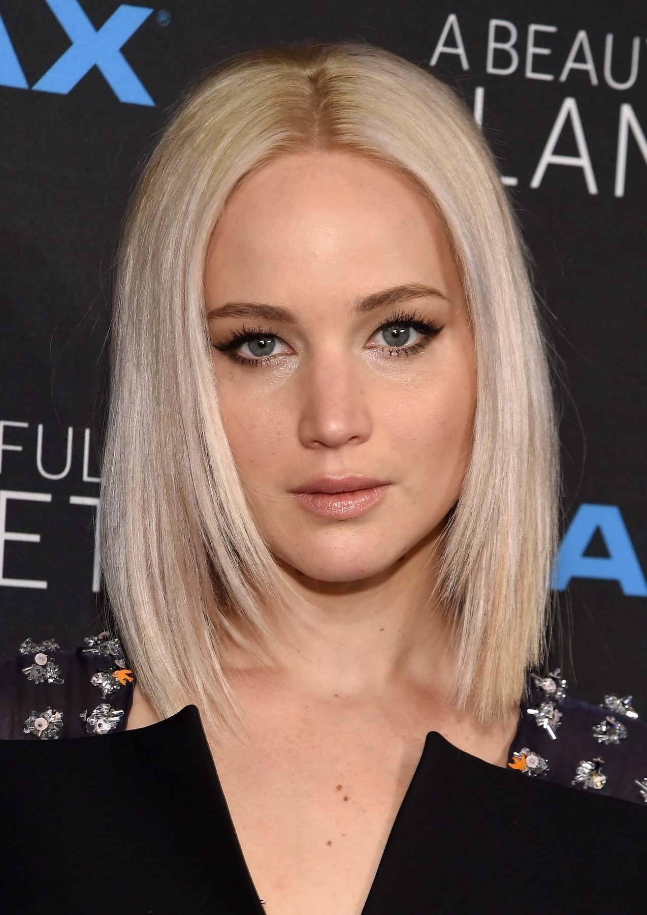 Jennifer Lawrence dengan model rambut pendek sebahu layer pendek