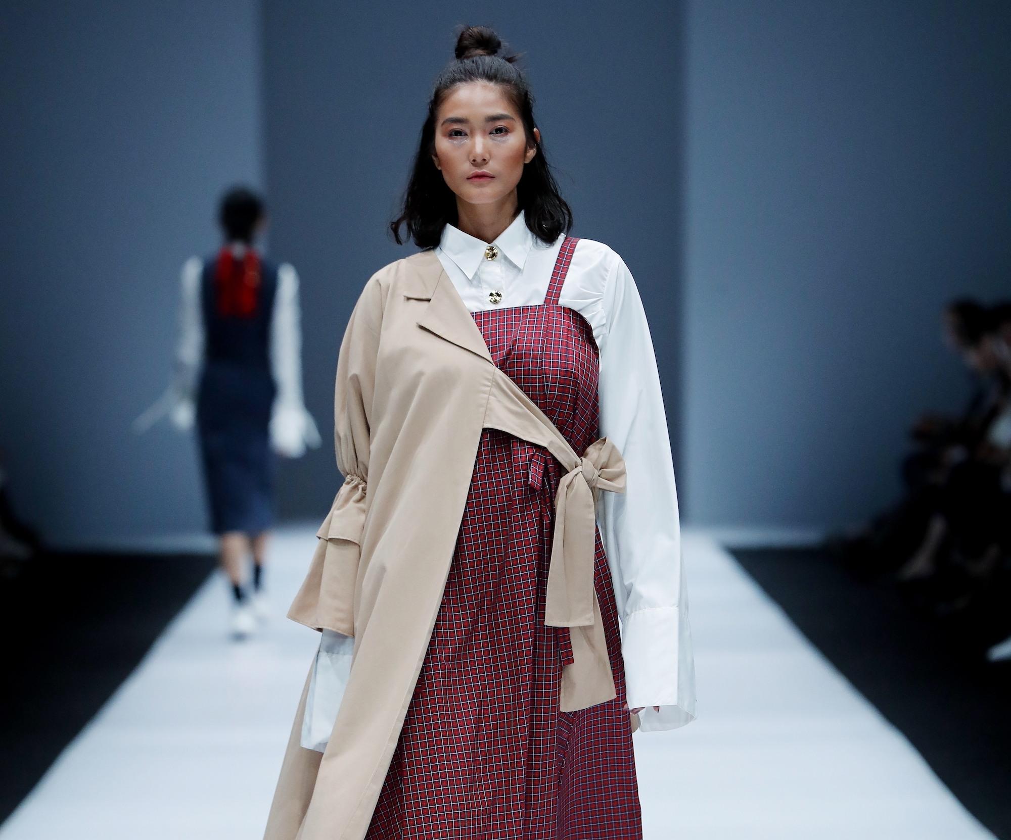 Wanita Asia dengan model rambut pendek a la korea half top knot