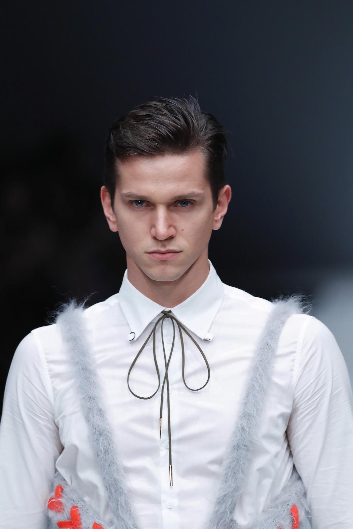 Pria kaukasia dengan model rambut quiff pendek bertekstur