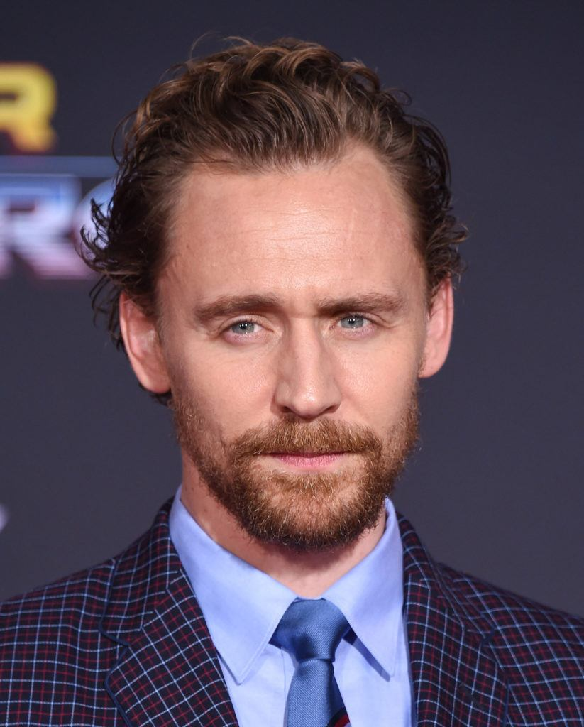 Tom Hiddleston dengan model rambut keriting messy