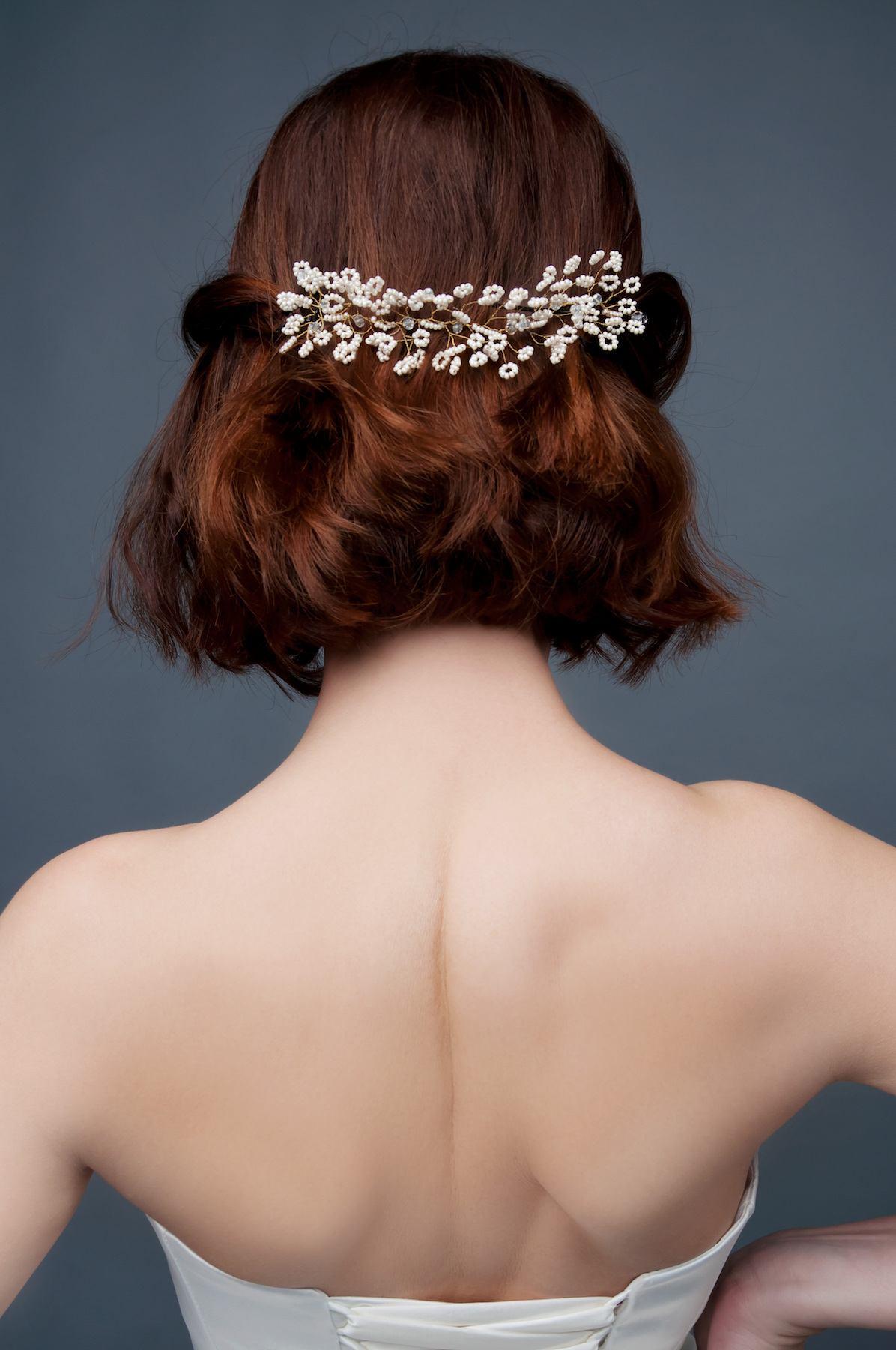 Wanita kaukasia dengan model rambut wavy messy dan aksesoris