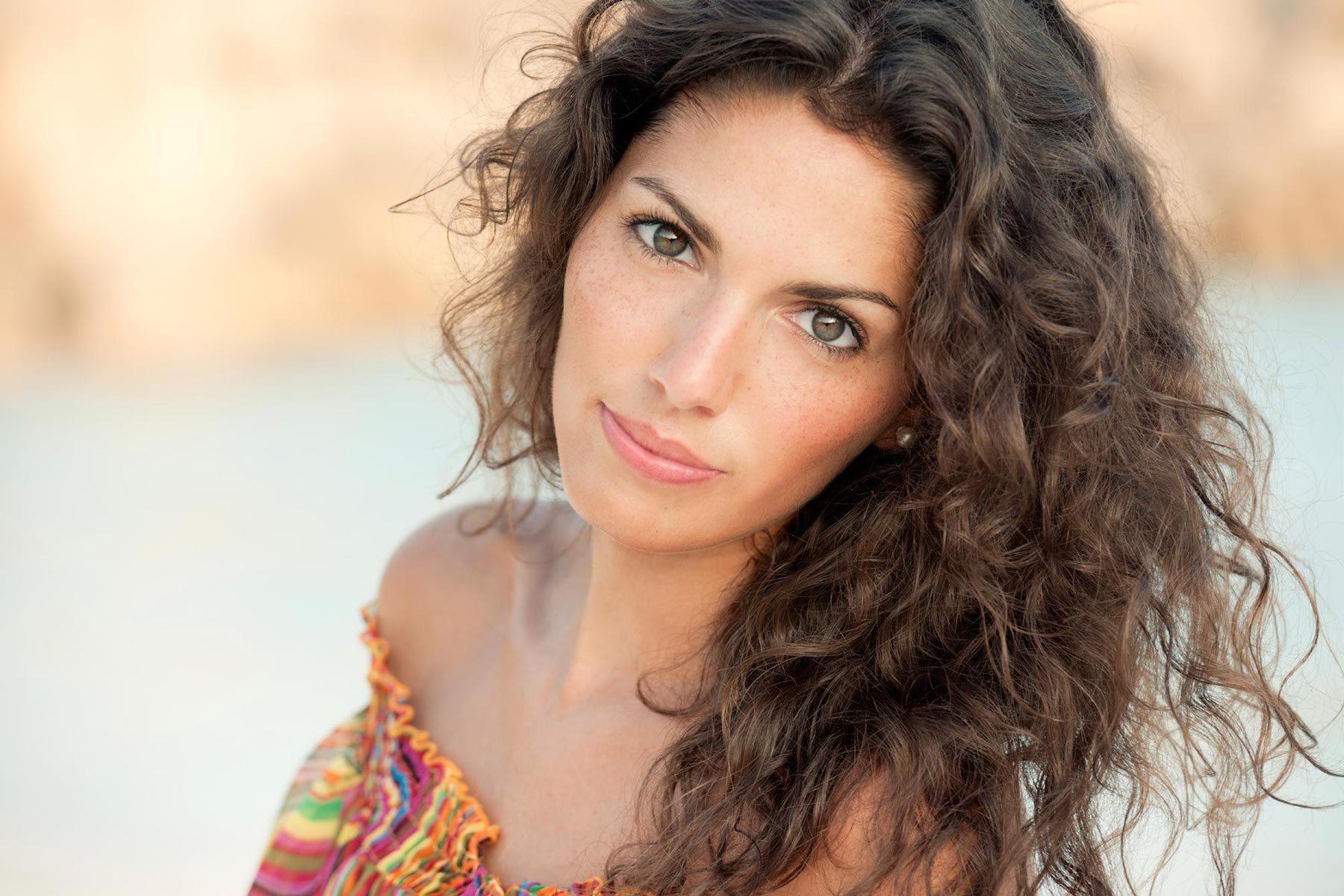 Wanita kaukasia dengan warna rambut untuk kulit gelap ashy dark brown