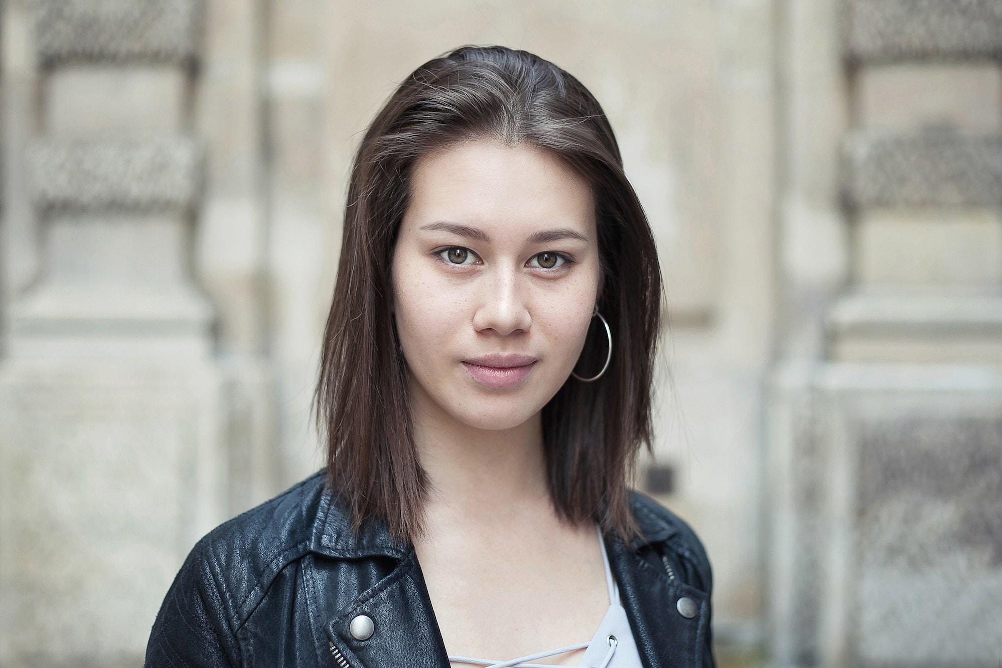 Wanita kaukasia dengan model rambut bob pendek lurus.