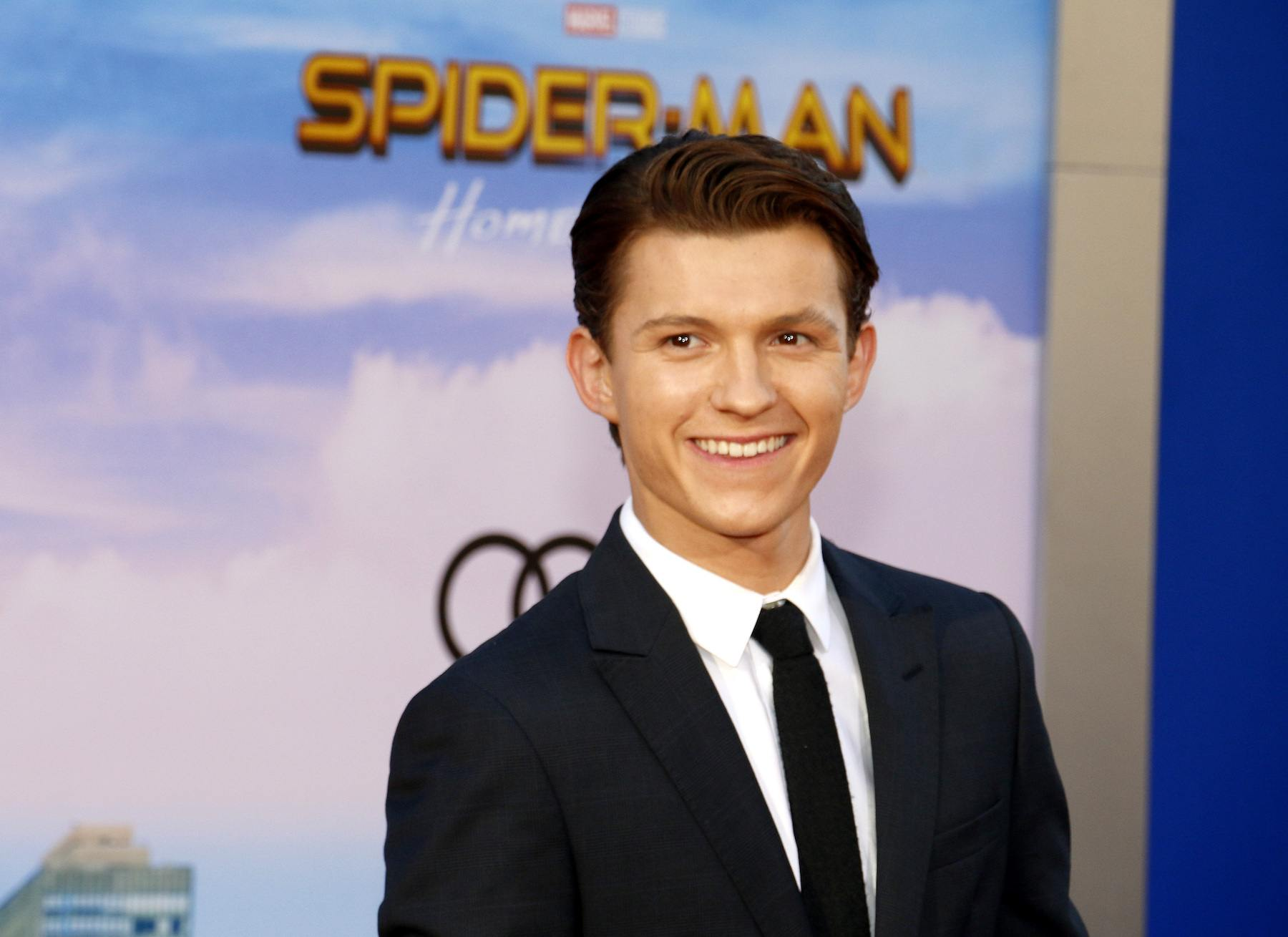 Tom Holland dengan model rambut classic cut rapi