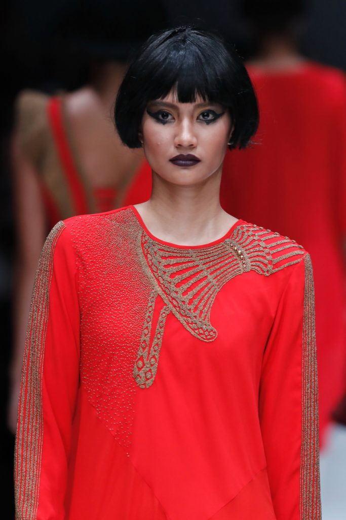 Wanita asia dengan model rambut bob pendek gaya bowl cut.
