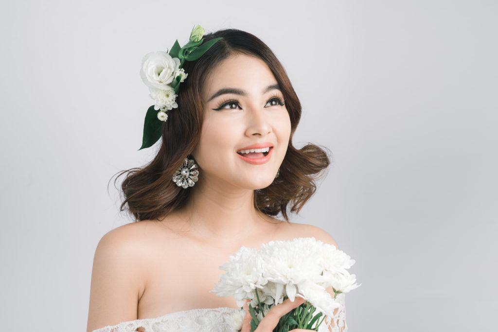 Wanita asia dengan model rambut untuk kebaya wavy aksesoris bunga