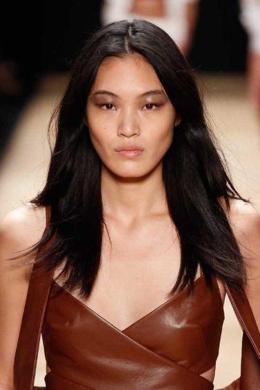 Wanita asia dengan model rambut untuk wajah panjang rambut panjang layer