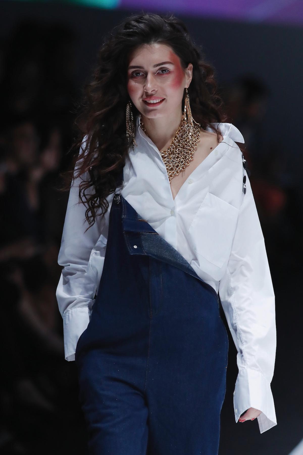 Wanita kaukasia dengan model rambut keriting panjang.
