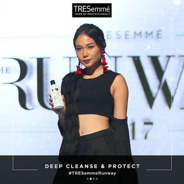 Ayla Dimitri, salah satu TRESemmé Style Expert memamerkan TRESemmé Deep Cleanse & Protect Conditioner.