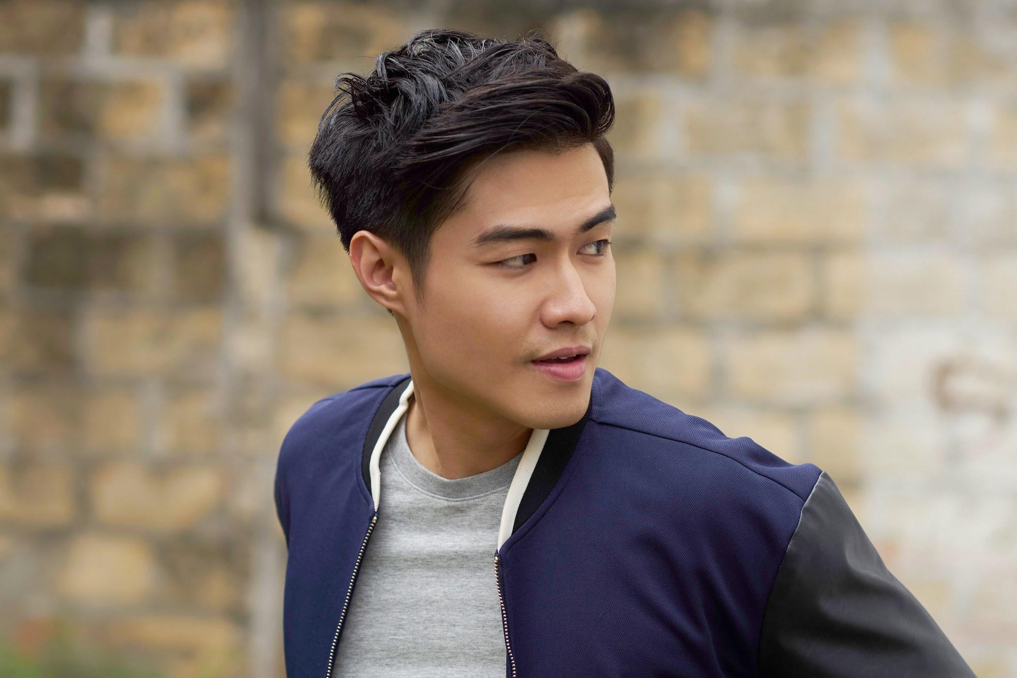 Pria asia dengan model rambut belah samping.