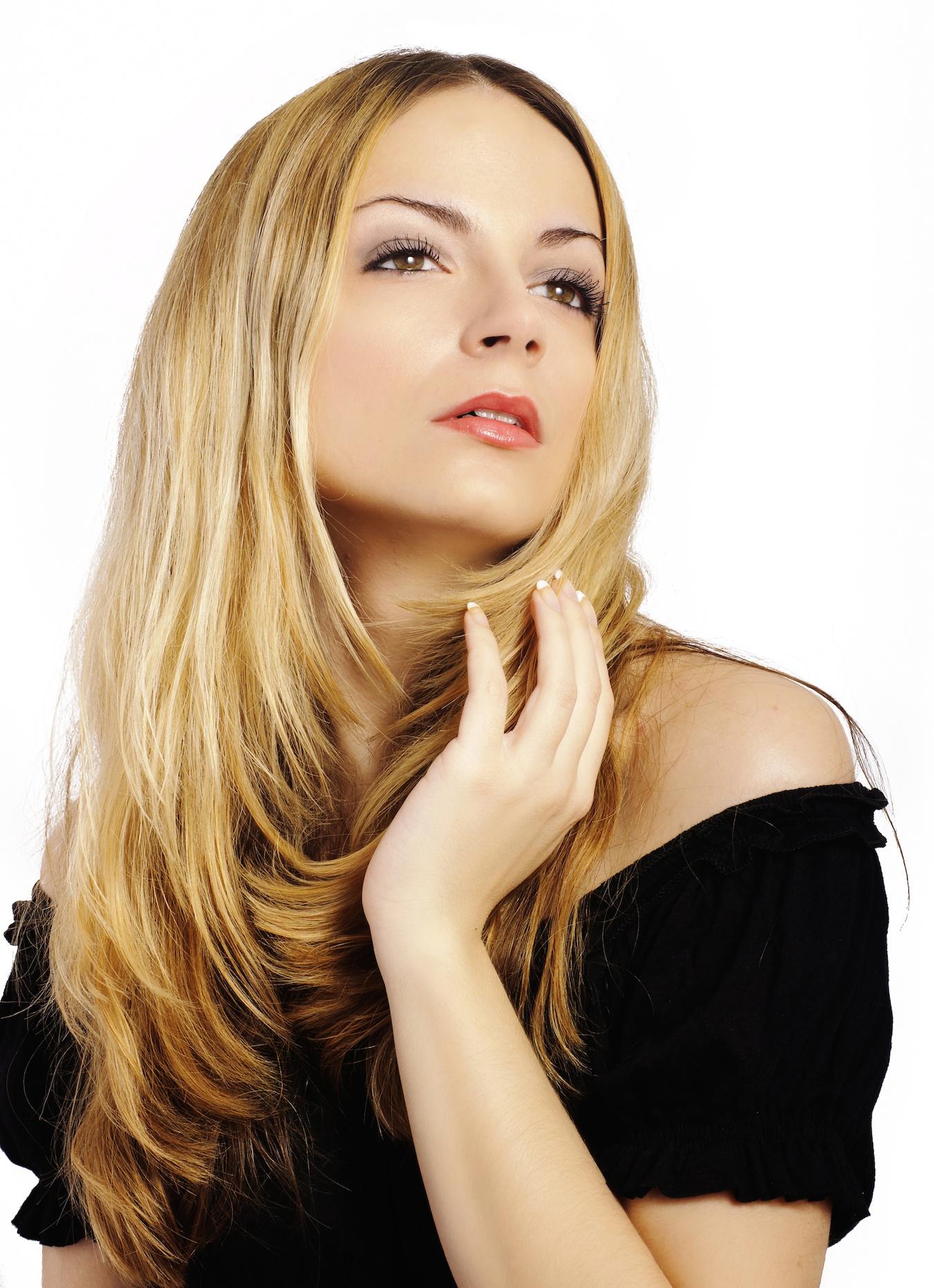 Model rambut shaggy panjang pada rambut lurus