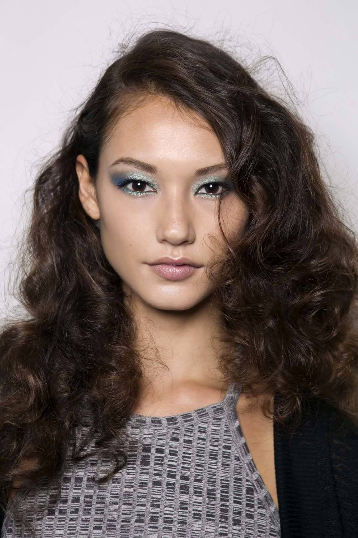 Wanita asia dengan warna rambut cokelat gaya rambut 70-an wavy natural