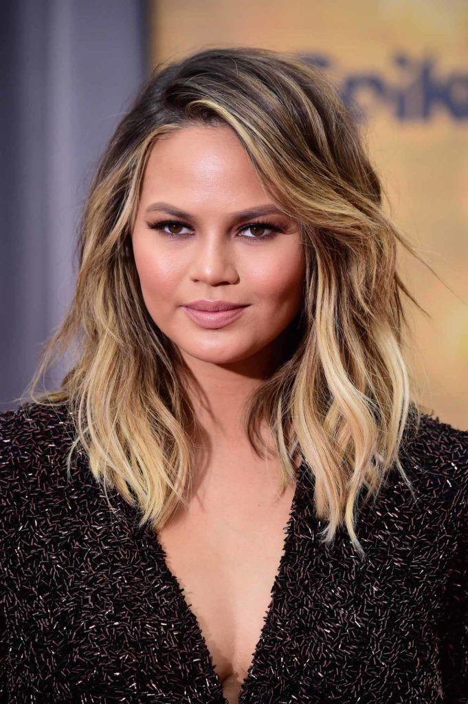Chrissy teigen dengan warna dark brown dan highlight light blonde keemasan