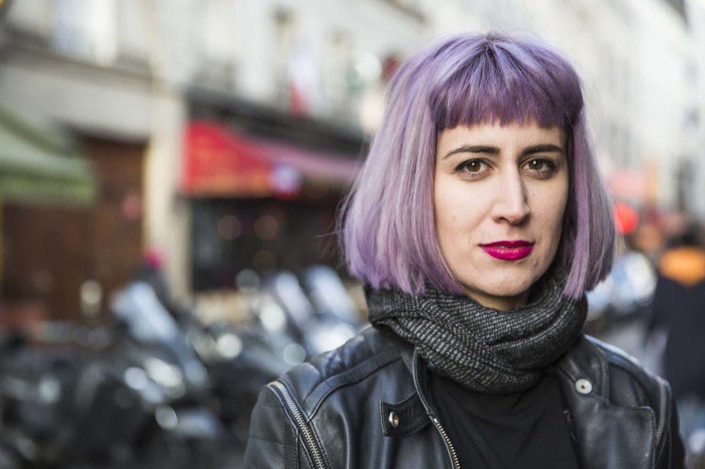 Warna rambut ungu pada model rambut bob berponi
