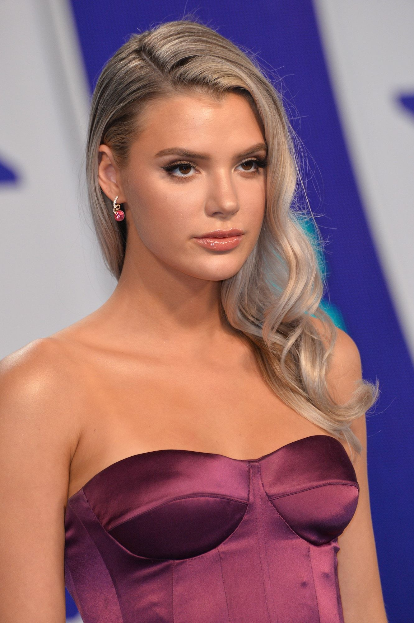 Alissa violet warna rambut medium ash blonde
