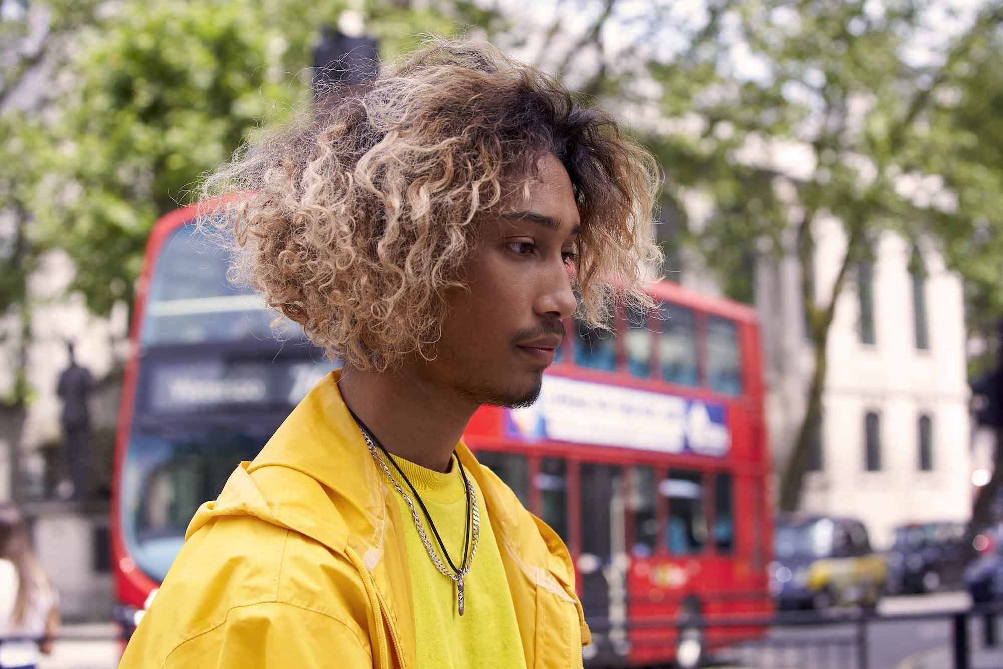 Trend warna rambut pria 2018 warna rambut ombre pirang.