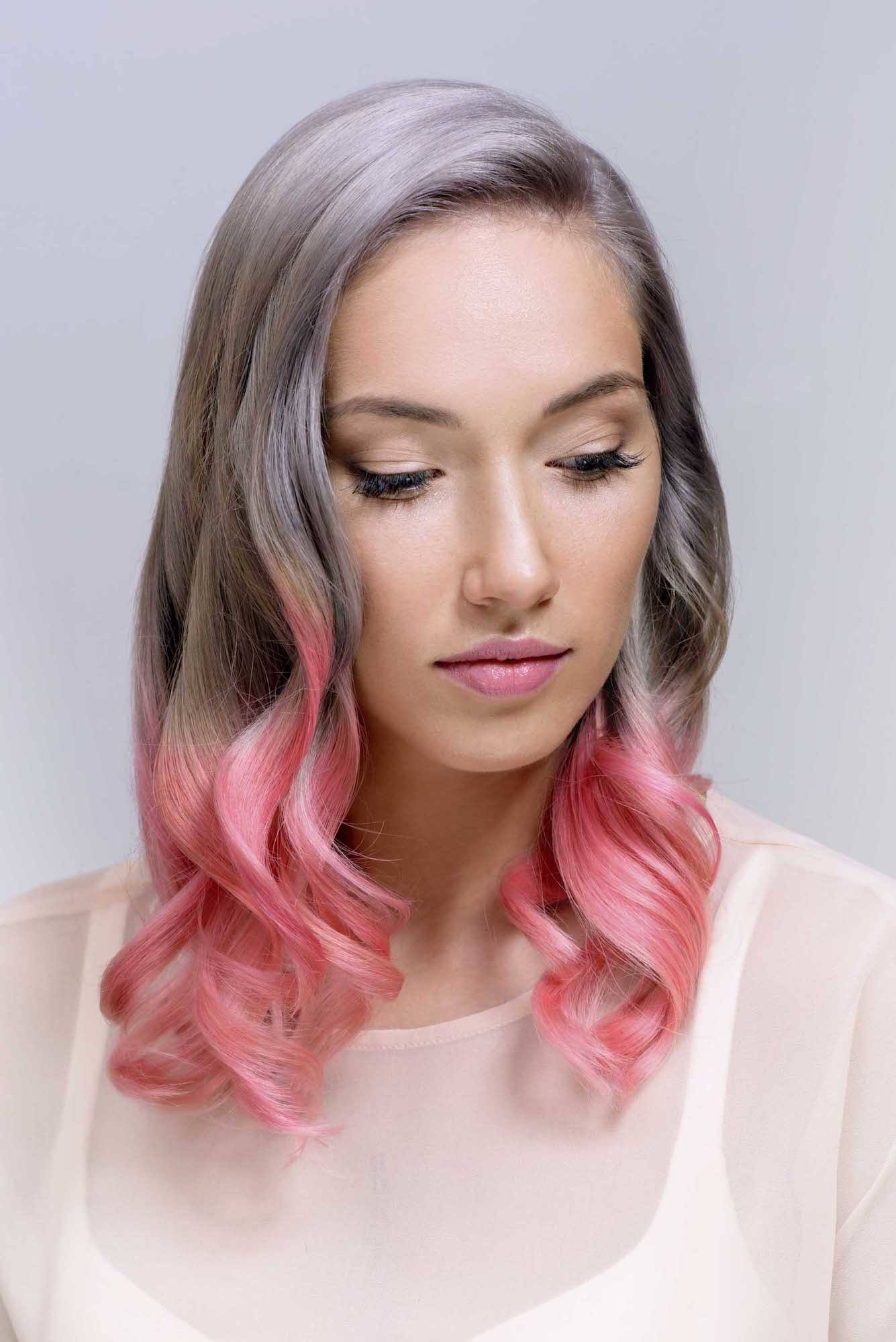 Wanita kaukasia dengan warna rambut ombre abu-abu dan pink pastel