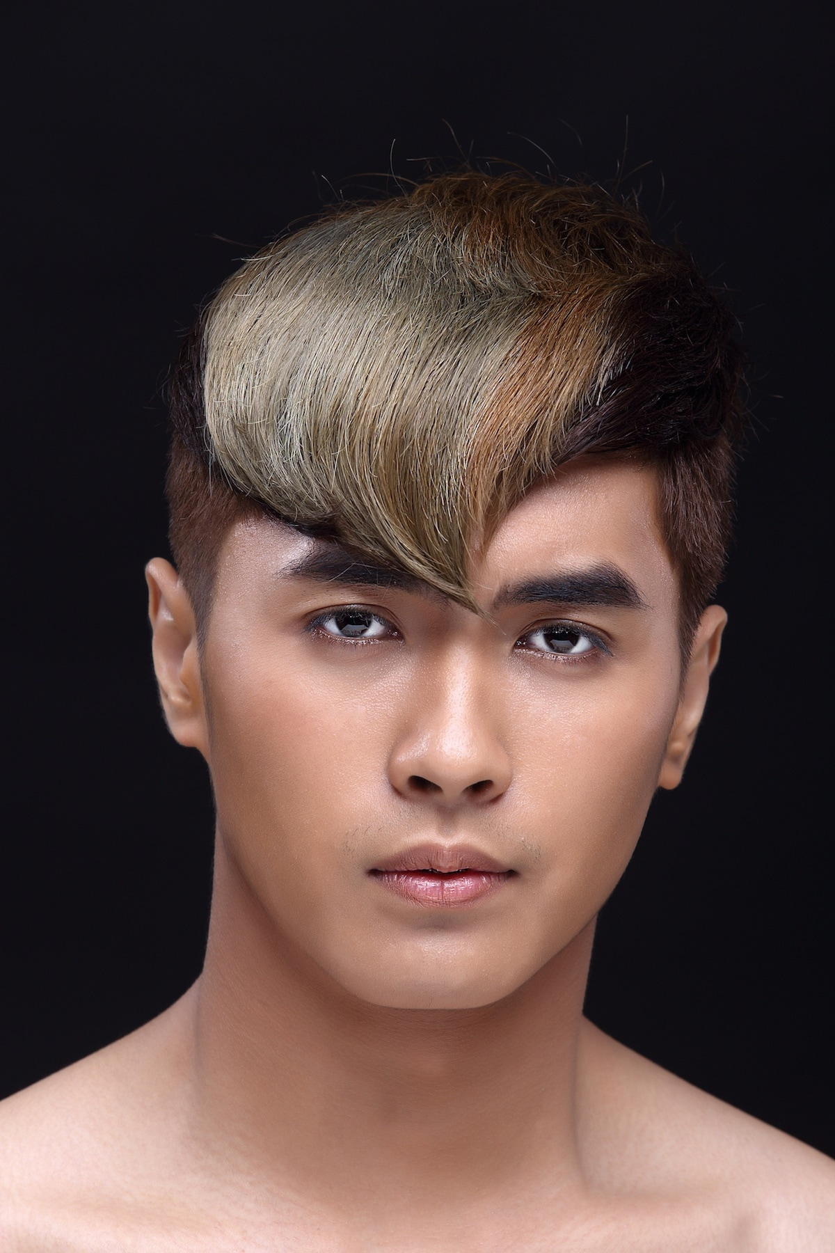 Trend warna rambut pria 2018 warna rambut ashy green dan bronze.