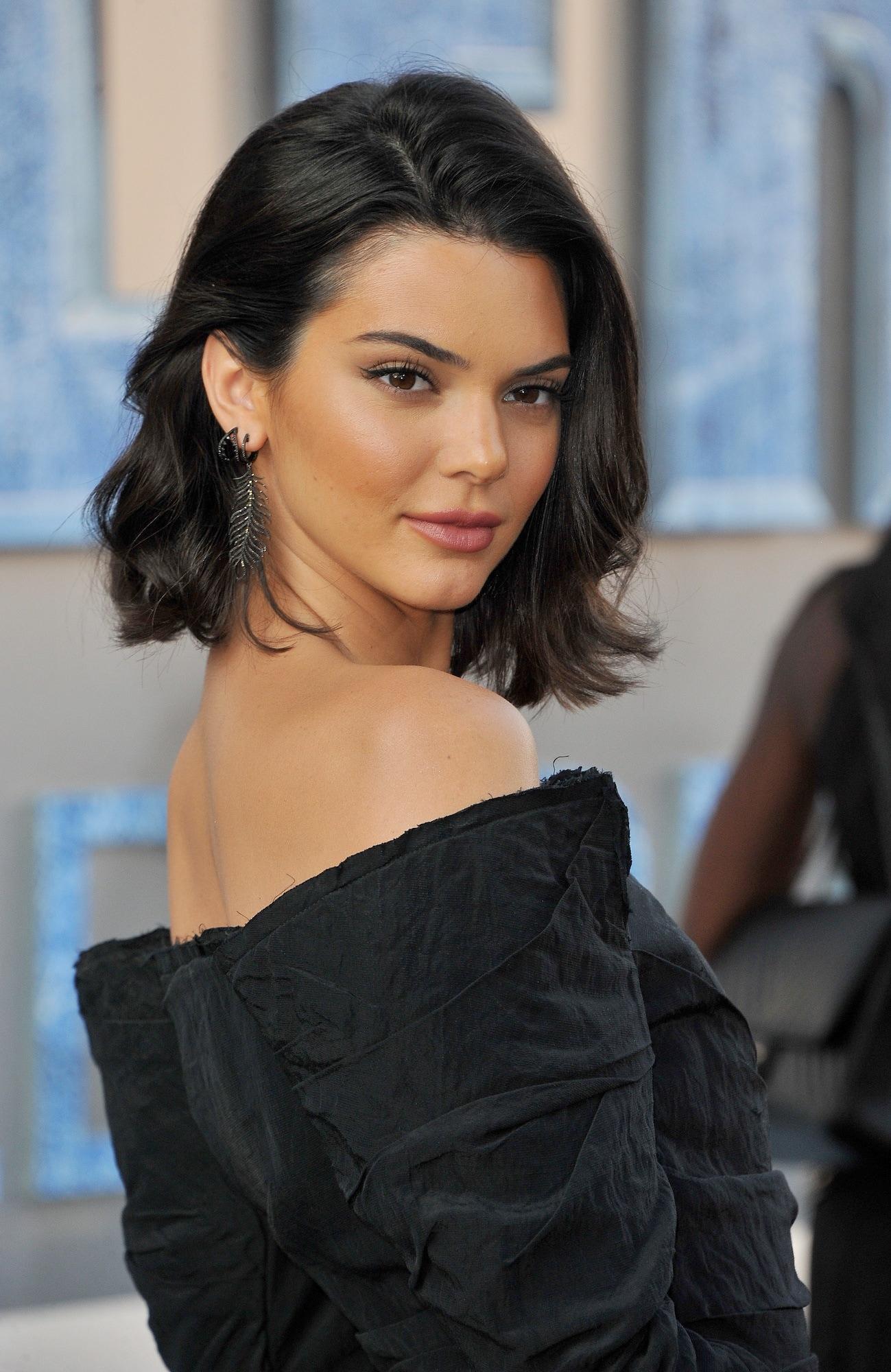 Kendall Jenner model rambut bob sejajar dengan dagu dan gaya beach waves