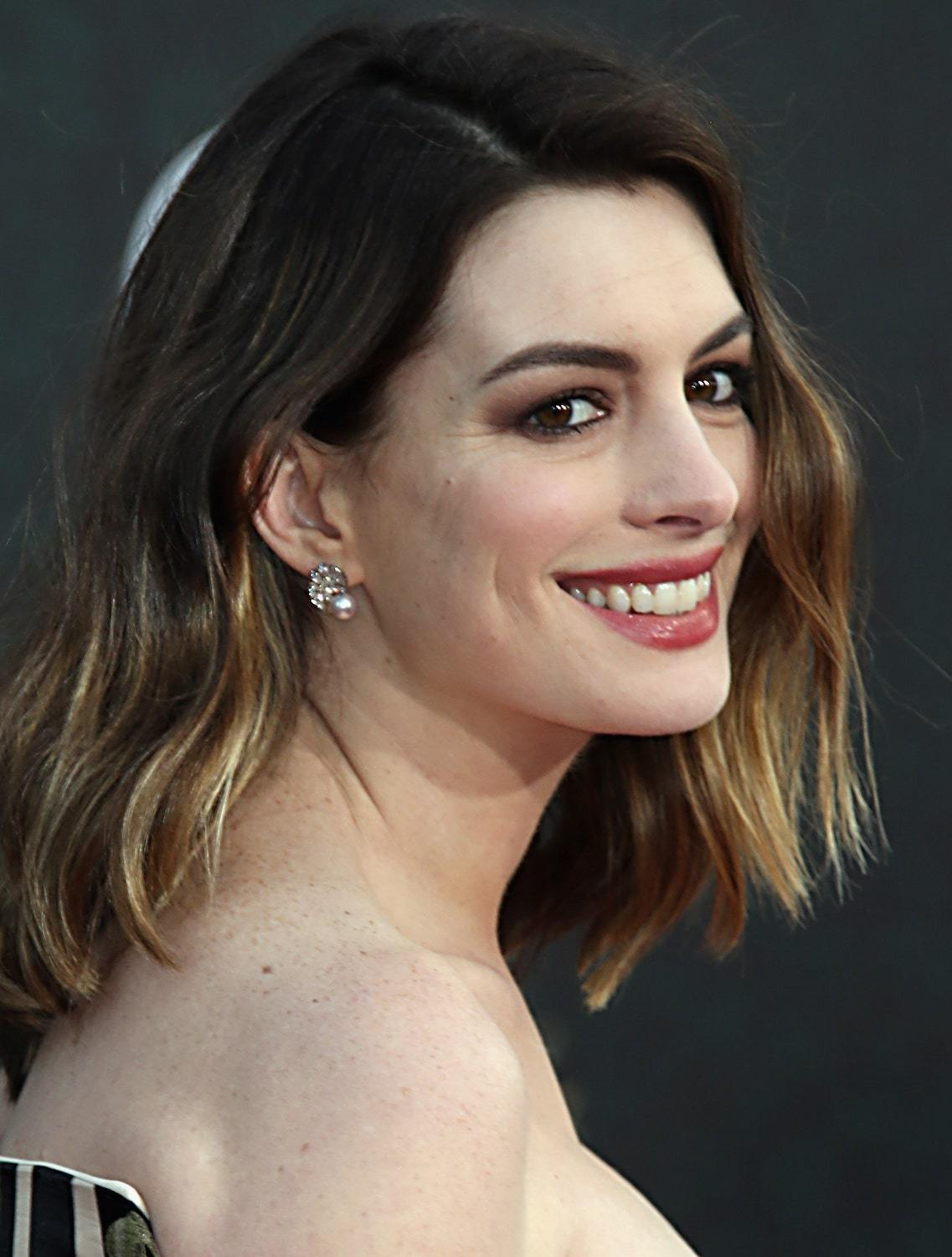 Anne Hathaway dengan model rambut ombre cokelat golden brown