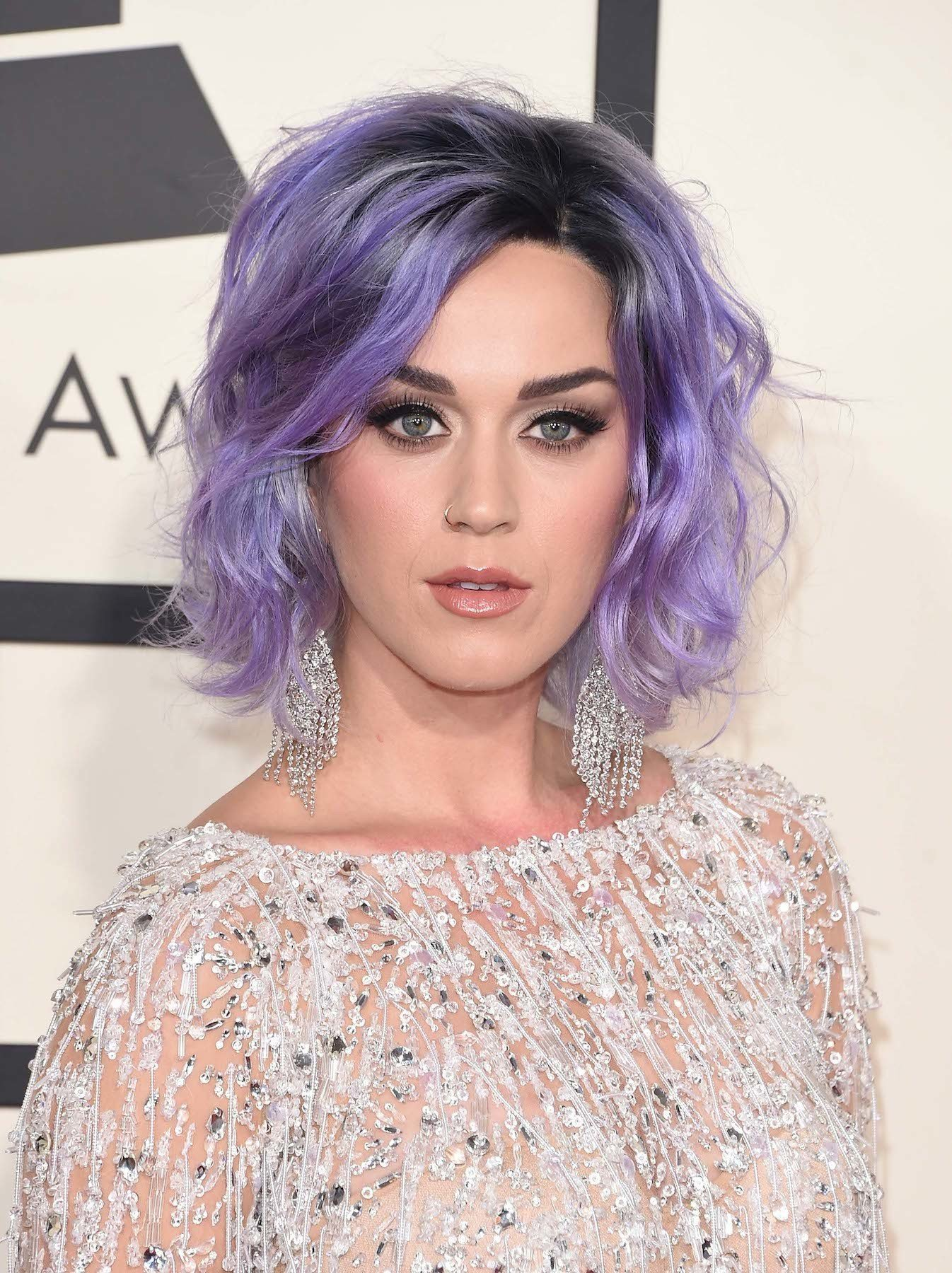Katy Perry Warna rambut ungu pastel pada akar rambut hitam