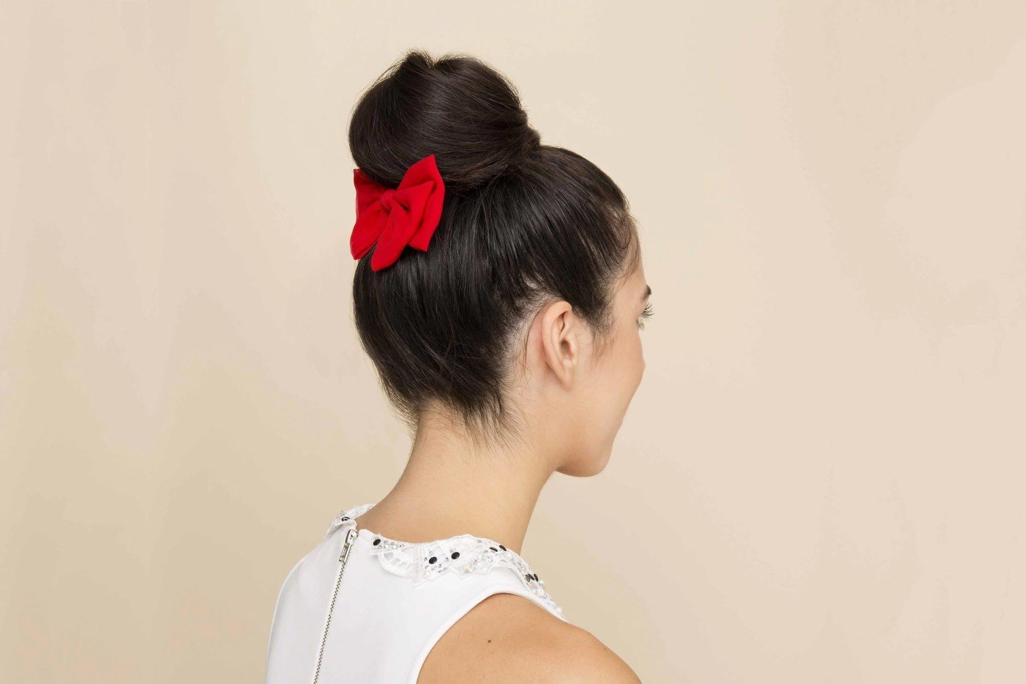Model rambut cepol sanggul modern untuk pesta dengan hiasan pita