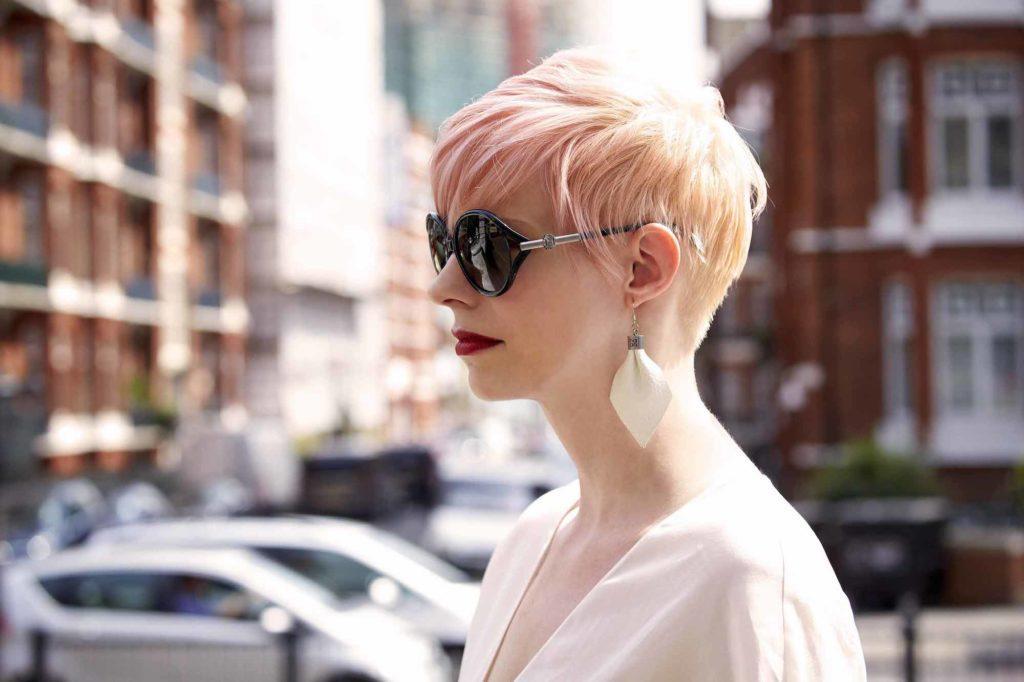Warna rambut blonde dan pink pastel model rambut pendek bob