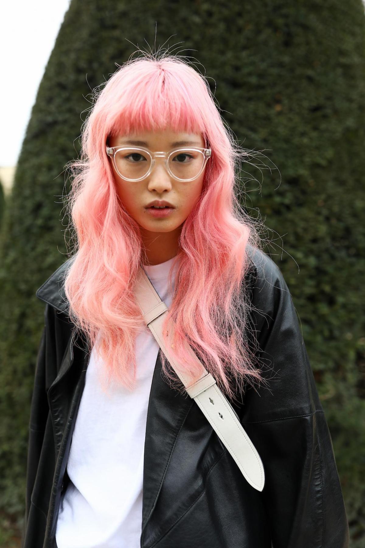 Rambut panjang ikal warna pink terang