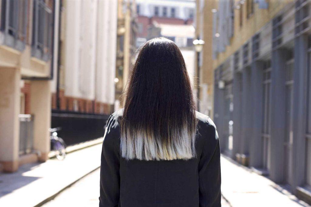 Sara Scaini dengan rambut hitam dengan ombre silver