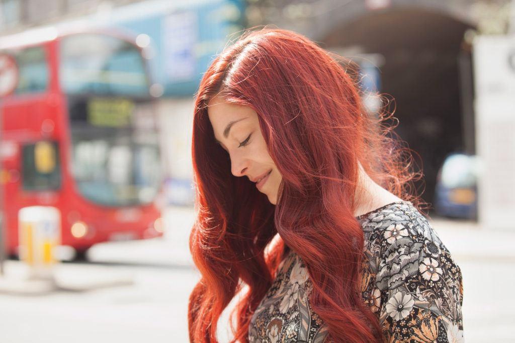 Rambut panjang warna merah terang