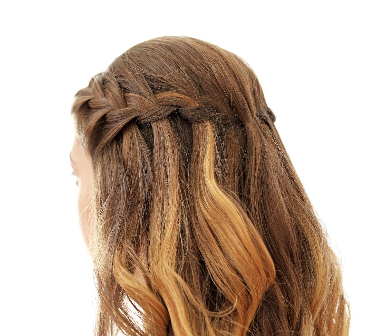 Model rambut waterfall braids warna tembaga.