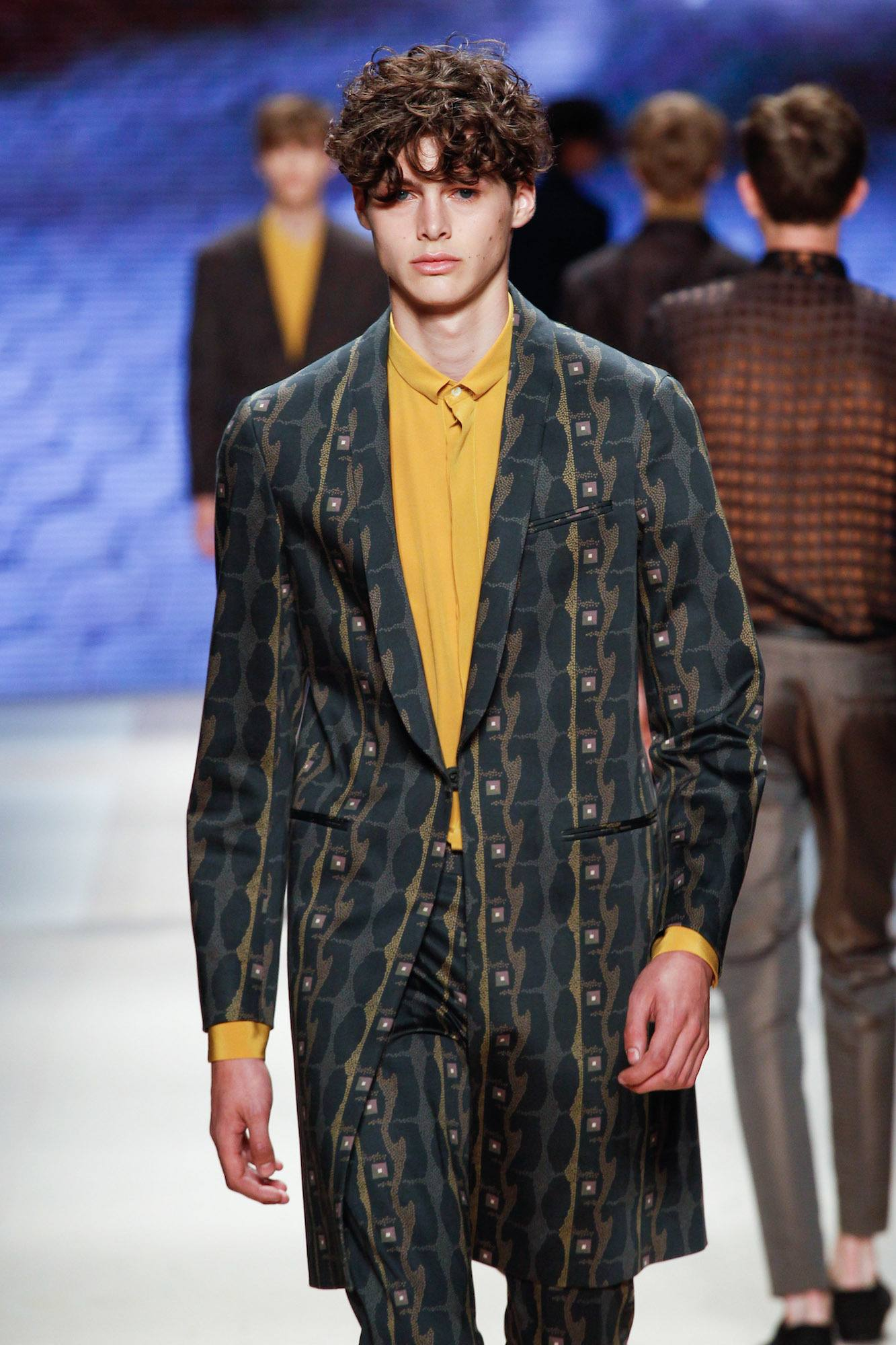 Model rambut pria terbaru 2018 wavy crop bergelombang.
