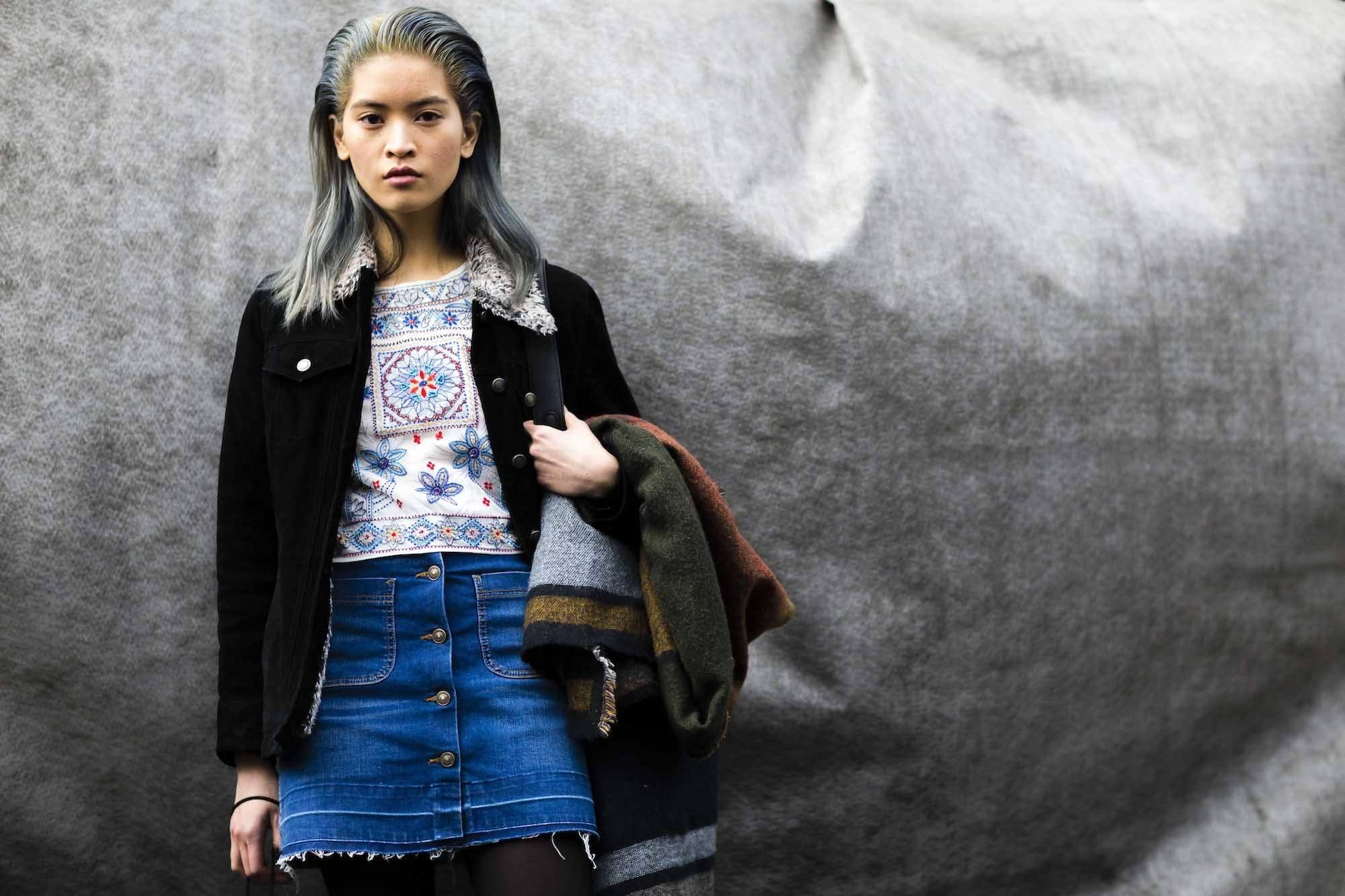Wanita Asia dengan warna rambut ashy blue