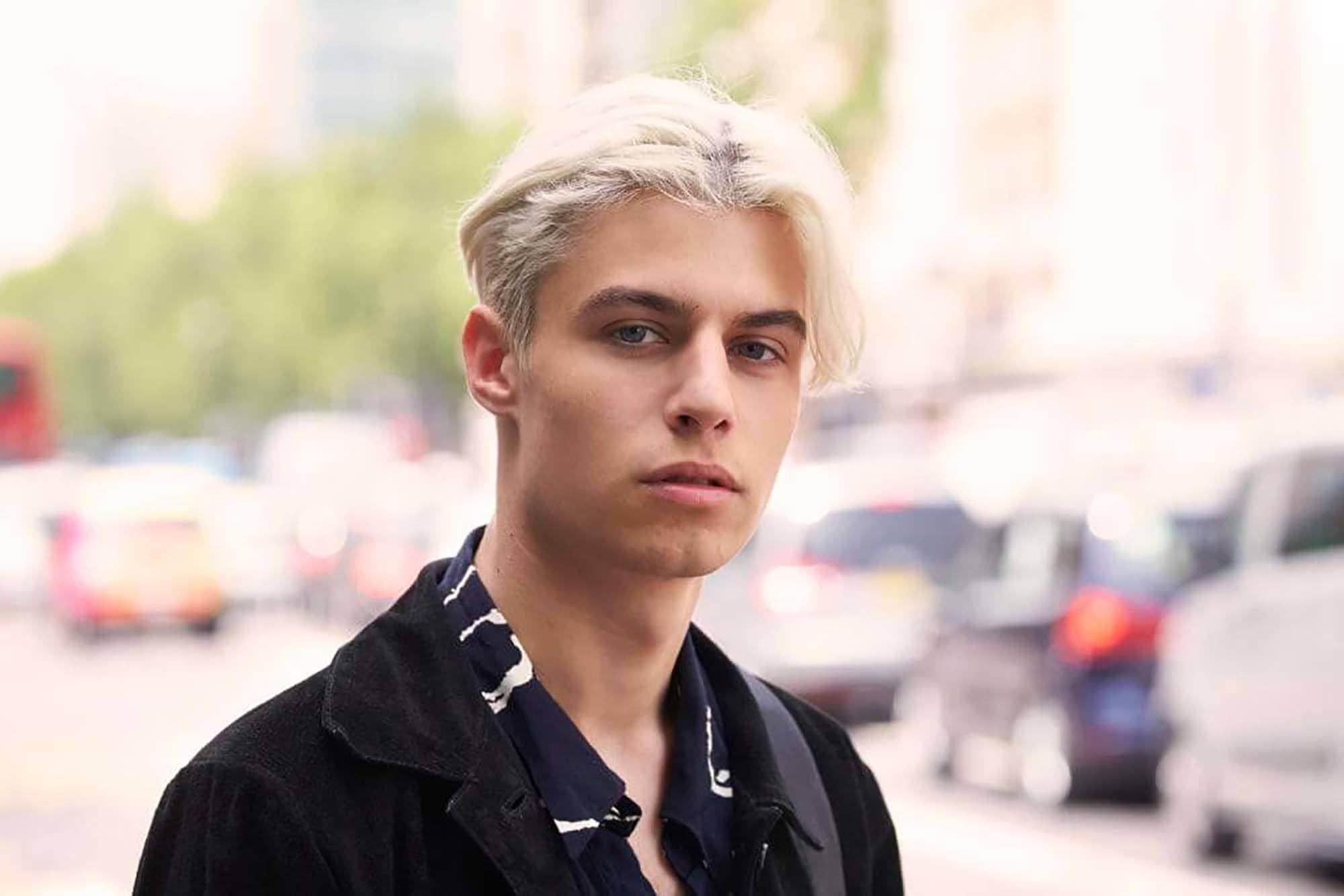 Trend warna rambut pria 2018 warna rambut bleach blonde atau ice blonde.