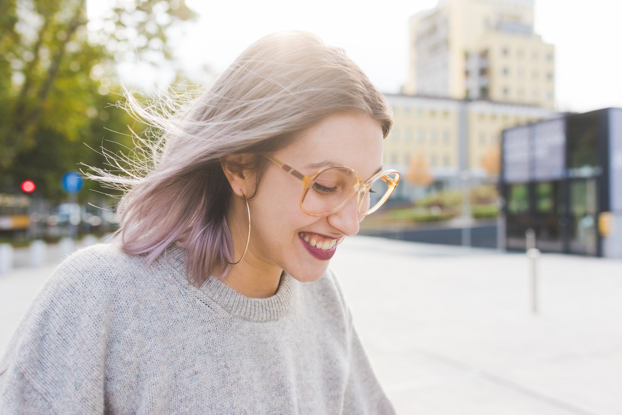 Wanita kaukasia dengan warna rambut abu-abu ashy purple