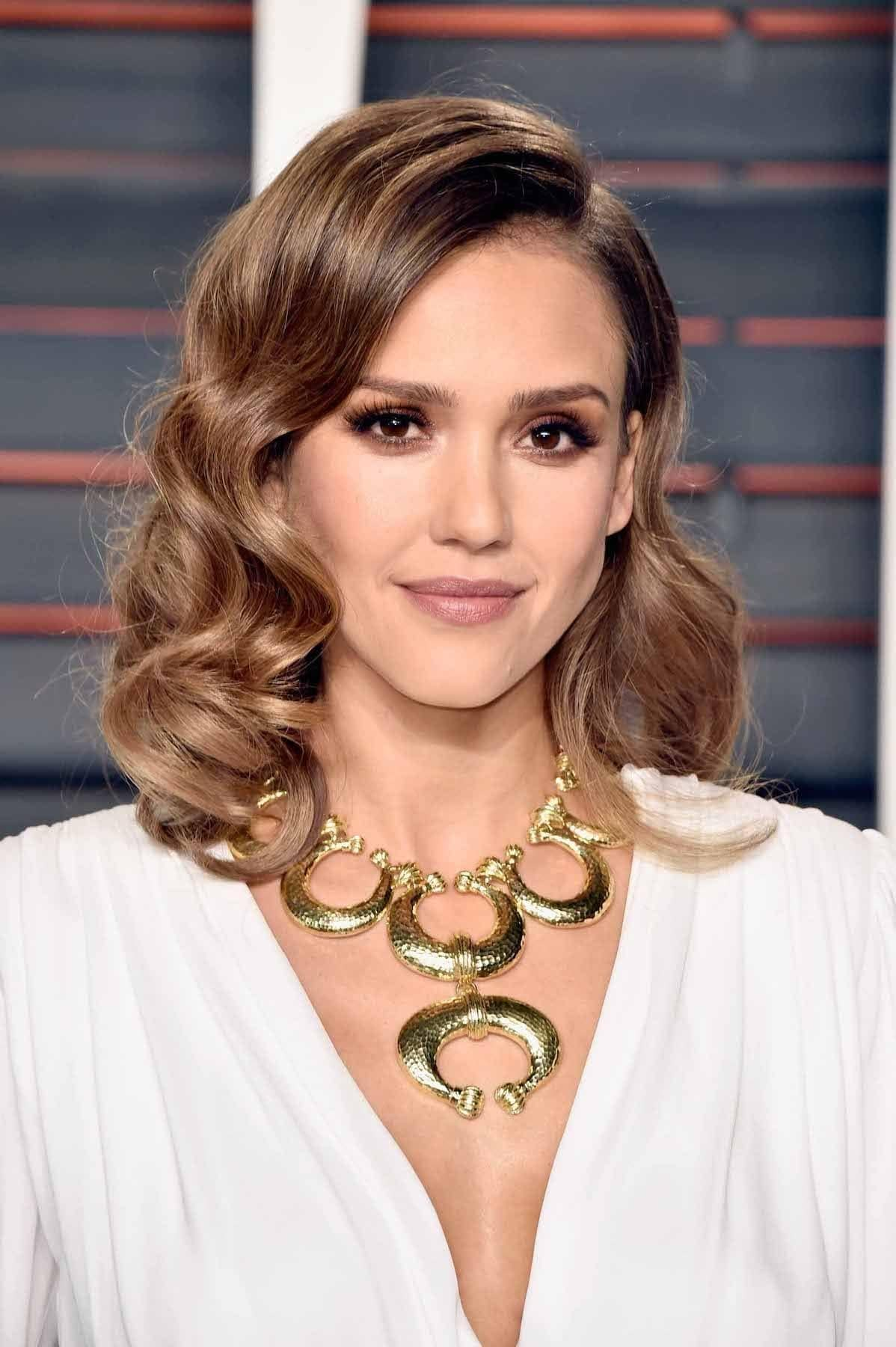 Jessica Alba warna rambut light caramel dengan blonde highlight