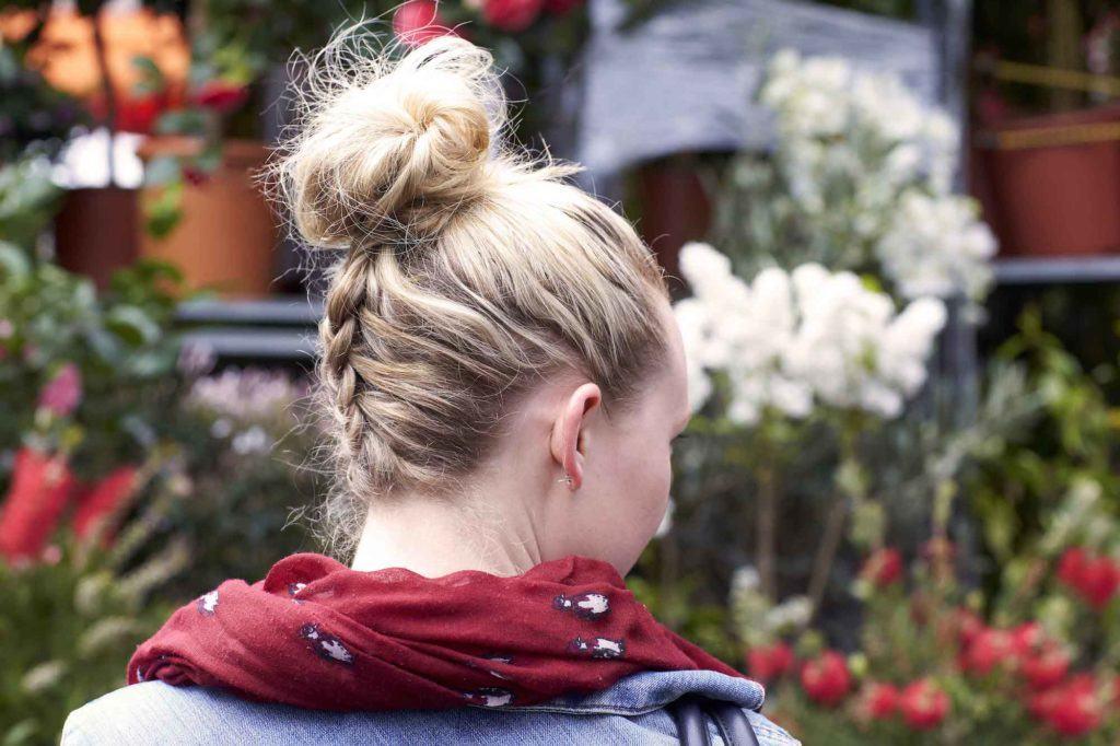 Model rambut cepol dengan gaya upside down braid